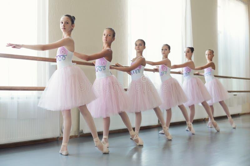 Grupo de bailarinas jovenes que entrenan a la coreografía, espacio de la copia imágenes de archivo libres de regalías