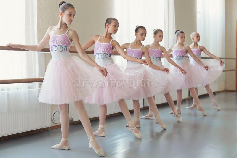 Grupo de bailarinas jovenes que practican danza en la escuela del ballet clásico foto de archivo
