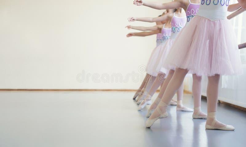 Grupo de bailarinas que esticam pontas do pé na classe fotografia de stock