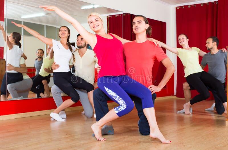 Grupo de bailarines en gimnasio fotos de archivo libres de regalías