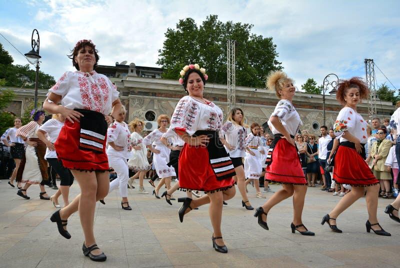 Grupo de bailarines que actúan en el ` de Ziua Iei del ` - día internacional de la blusa rumana en Constanta foto de archivo