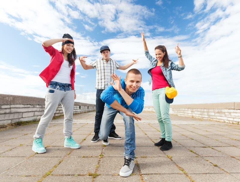 Grupo de baile de los adolescentes imágenes de archivo libres de regalías