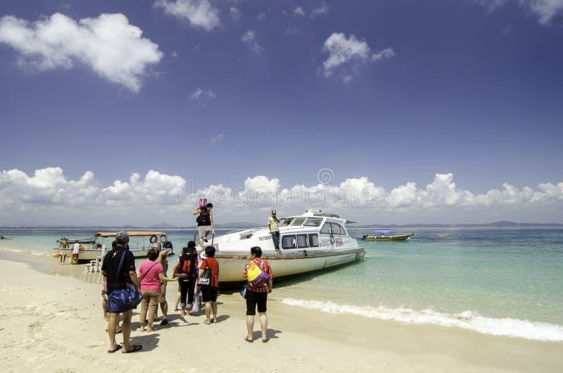 Grupo de balsa branca entrando do turista que retorna ao continente imagens de stock