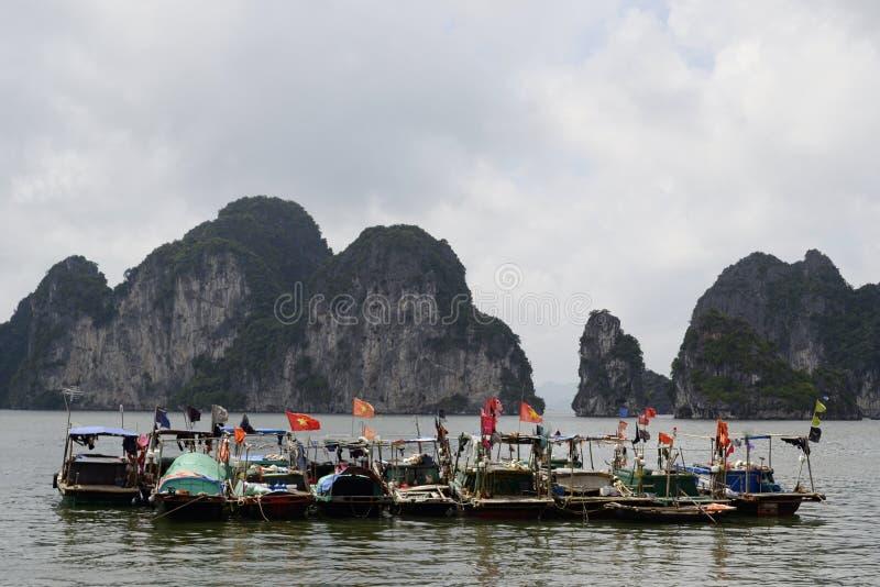 Grupo de barcos del pescador con las banderas vietnamitas imagenes de archivo