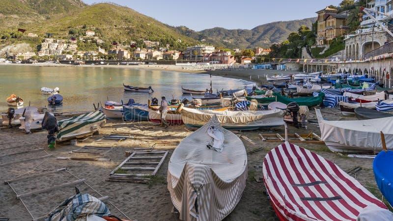 Grupo de barcos encalhado na praia de Levanto, Liguria, Itália fotografia de stock royalty free