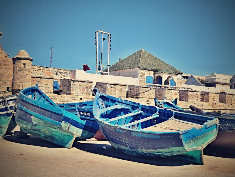 Grupo de barcos de pesca azuis na costa no cais na cidade de Essaouira Marrocos imagens de stock