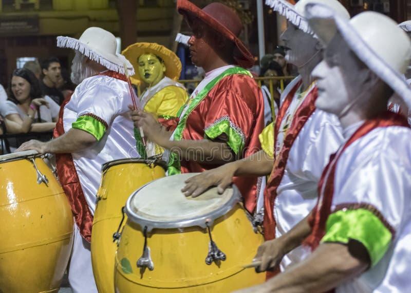 Grupo de bateristas de Candombe na parada de carnaval de Uruguai fotografia de stock