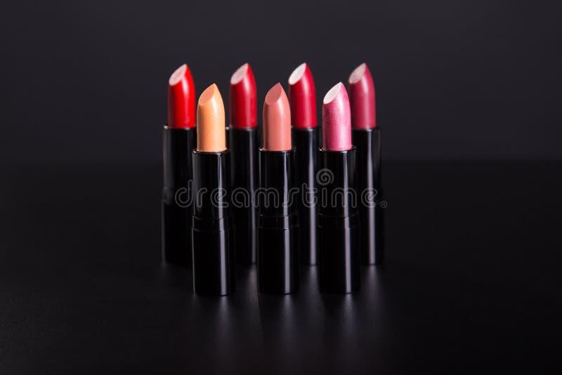 Grupo de batons em cores vermelhas e naturais fotos de stock