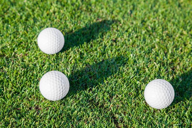 Grupo de bola de golfe na grama imagem de stock