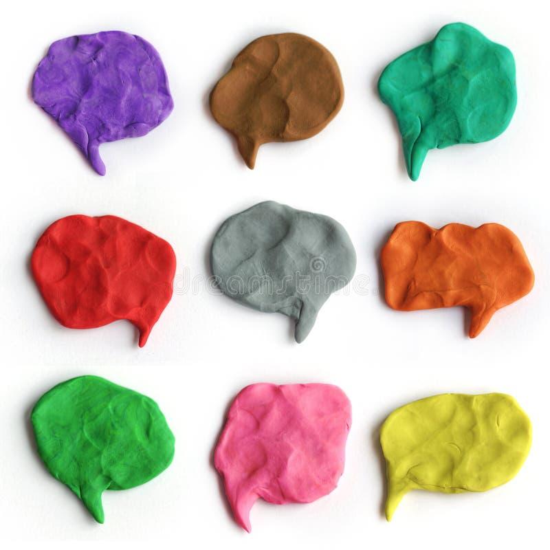 Grupo de bolhas coloridas do discurso do plasticine Nuvens feitos a mão da conversa da argila de modelagem foto de stock royalty free