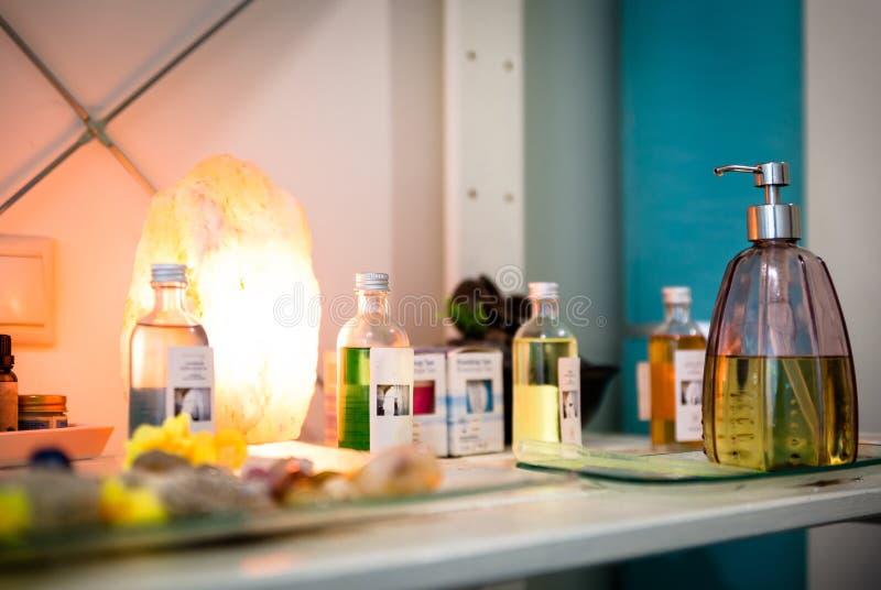 Grupo de botellas con lociones, en un centro de la terapia fotos de archivo