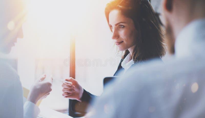 Grupo de businessmans na reunião Equipe do negócio no processo de trabalho Opinião do close up a jovem mulher que dá o cartão a fotografia de stock royalty free