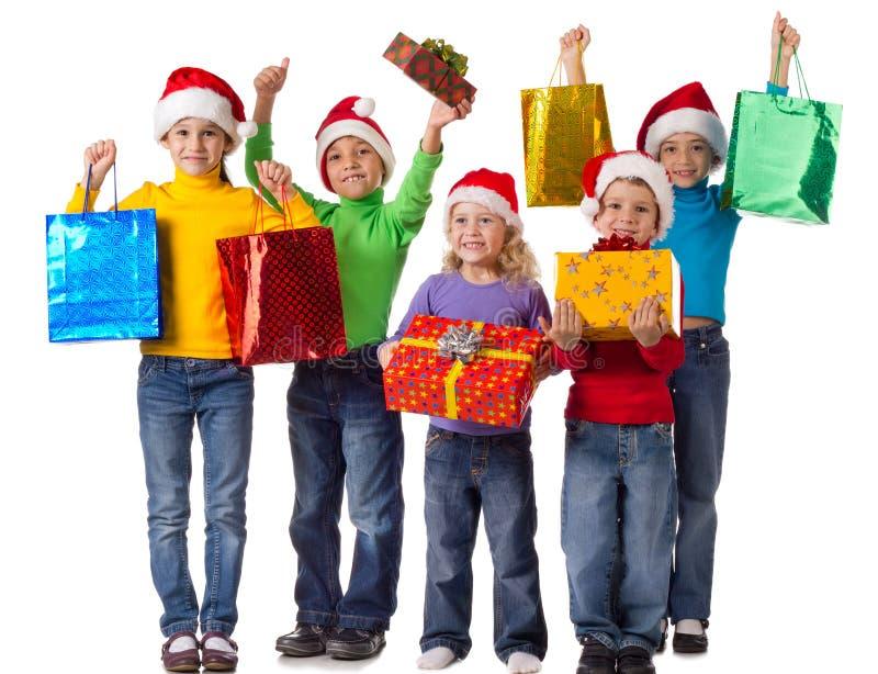 Grupo de cabritos felices con los regalos de la Navidad foto de archivo libre de regalías