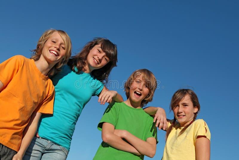 Grupo de cabritos o de tweenes sonrientes felices fotografía de archivo libre de regalías