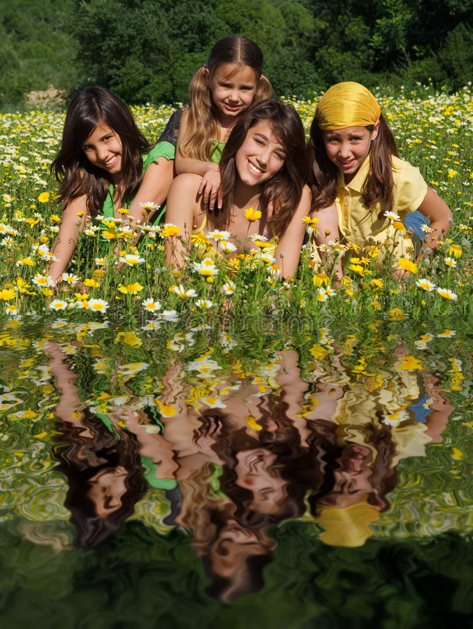 Grupo de cabritos sonrientes felices fotografía de archivo libre de regalías