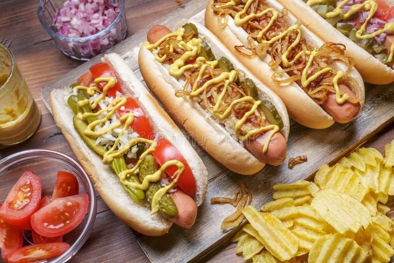 Grupo de cachorros quentes grelhados diferentes deliciosos fotografia de stock royalty free