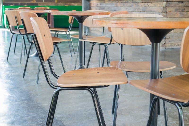 Grupo de cadeira e de tabela de madeira fotografia de stock royalty free