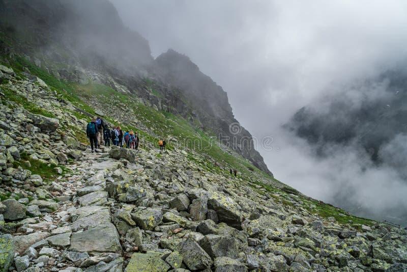 Grupo de caminhantes que escalam a Tatras alto, Eslováquia imagens de stock royalty free