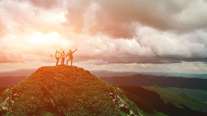 Grupo de caminhantes que estão na parte superior do monte em montanhas de Carpathians, Ucrânia imagem de stock