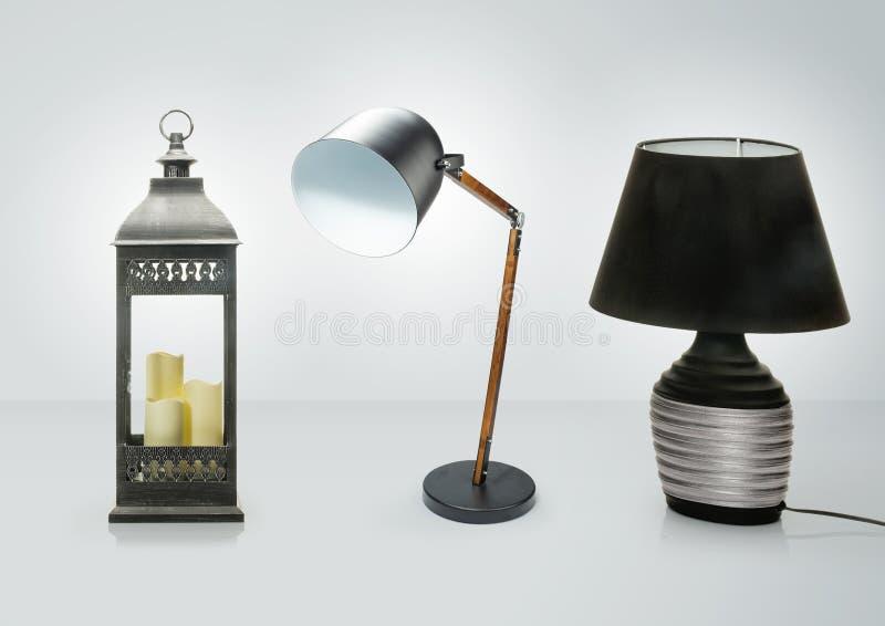 Grupo de candeeiros de mesa diferentes Lâmpadas de mesa decorativas isoladas no fundo branco foto de stock