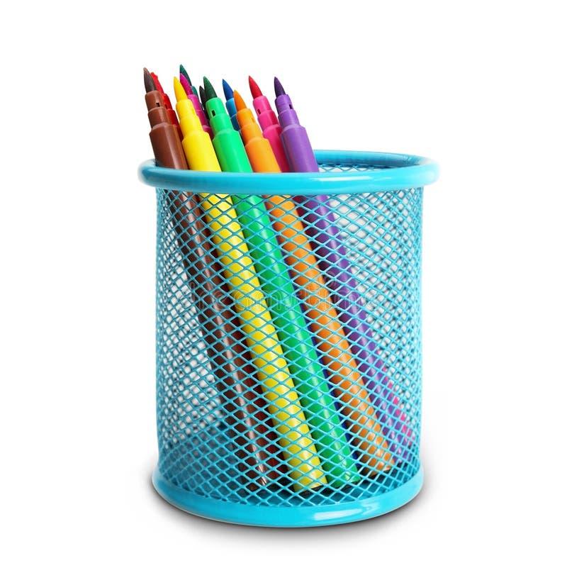 Grupo de canetas com ponta de feltro multi-coloridas em uma cesta azul. fotografia de stock