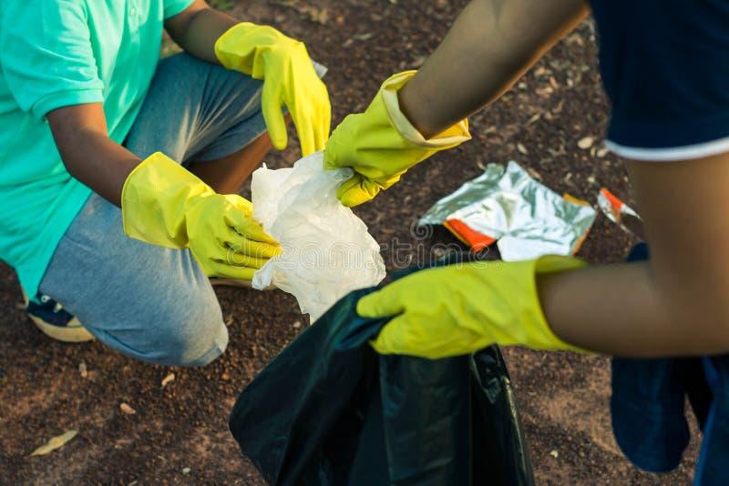 Grupo de caridade da recolha de lixo da ajuda do voluntário das crianças fotos de stock royalty free