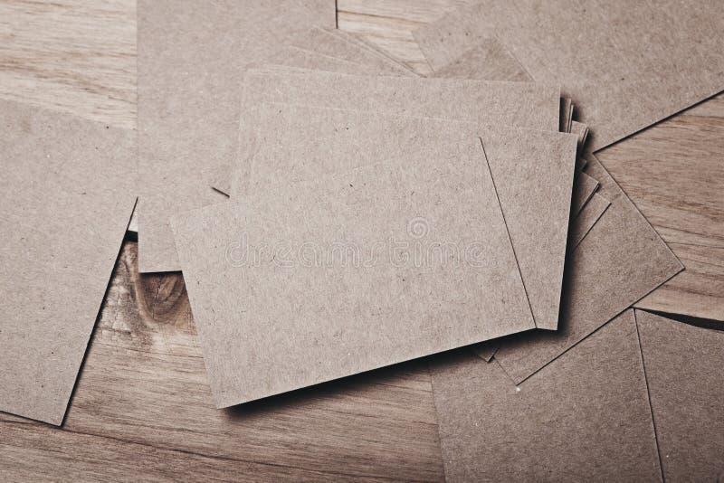 Grupo de cartões vazios na tabela de madeira imagens de stock royalty free
