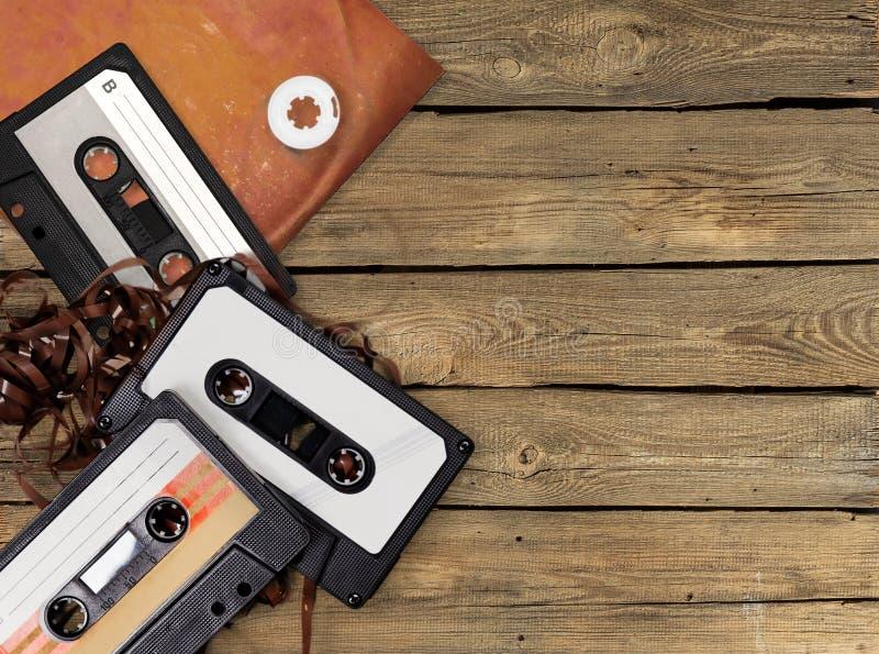 Grupo de casetes retros en fondo de madera imágenes de archivo libres de regalías