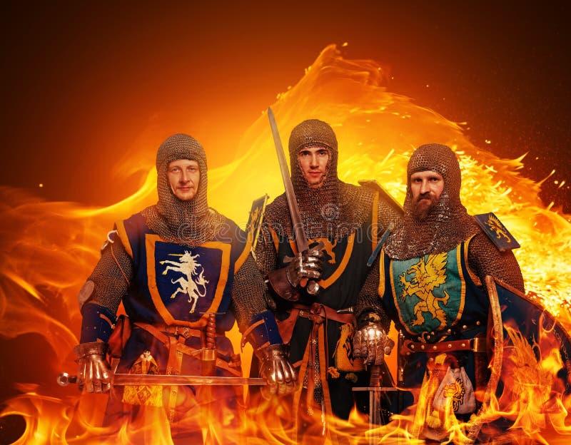 Grupo de cavaleiros medievais na flama imagens de stock royalty free