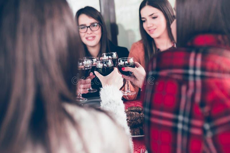 Grupo de cena de la celebración de los amigos imágenes de archivo libres de regalías