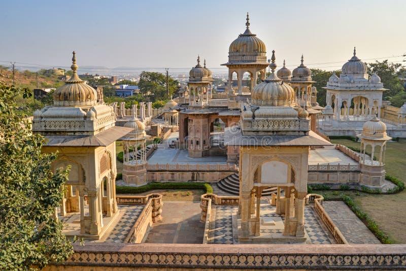 Grupo de cenotafios con el contexto de la colina, Gaitor real, Jaipur, Rajasthán imagen de archivo libre de regalías