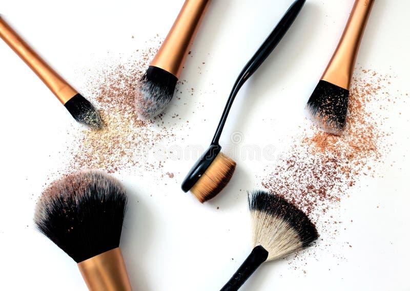 Grupo de cepillos del cosmético en el fondo blanco imágenes de archivo libres de regalías