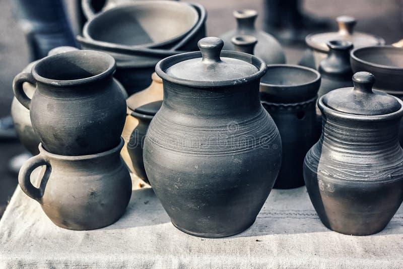 Grupo de cerâmica feito a mão tradicional para a venda no mercado Utensílio feito a mão ucraniano do produto de cerâmica Lembranç imagens de stock royalty free