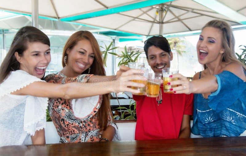 Grupo de cerveja bebendo dos povos felizes fotografia de stock