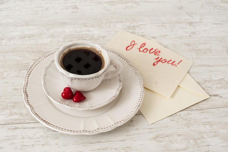 Grupo de chá branco da porcelana com xícara de café e corações foto de stock