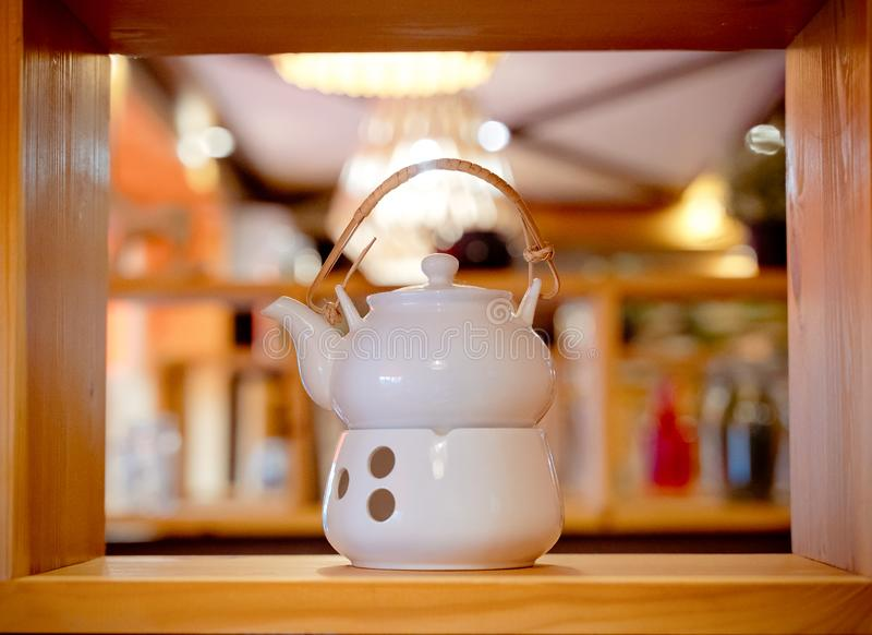 Grupo de chá branco da porcelana em uma prateleira de madeira Tempo do ch? ou do caf? Grupo de chá cerâmico branco em uma pratele imagens de stock