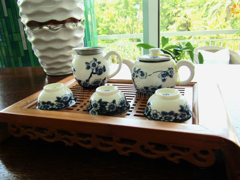Grupo de chá para o chá branco e azul em uma tabela fotografia de stock