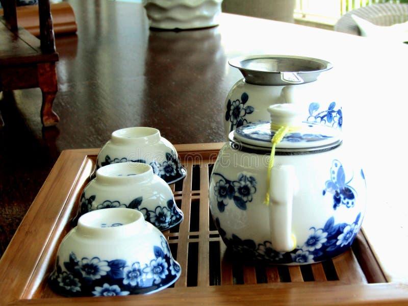 Grupo de chá para o chá branco e azul em uma tabela fotografia de stock royalty free