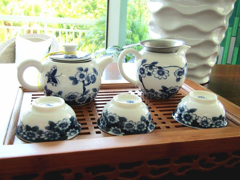 Grupo de chá para o chá branco e azul em uma tabela fotos de stock royalty free