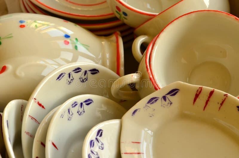 Grupo de chá retro da boneca feito da porcelana branca Grupo de brinquedos do vintage foto de stock