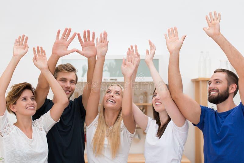 Grupo de cheering multi-étnico dos amigos fotografia de stock