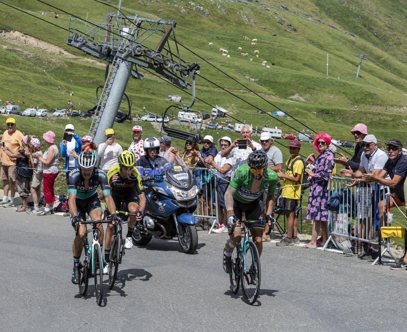 Grupo de ciclistas em Colo du Tourmalet - Tour de France 2018 foto de stock