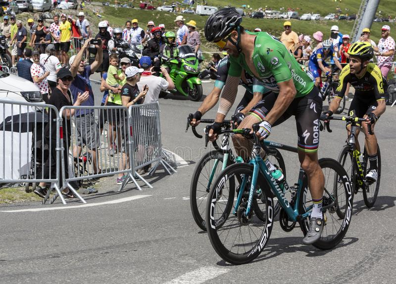 Grupo de ciclistas em Colo du Tourmalet - Tour de France 2018 imagem de stock