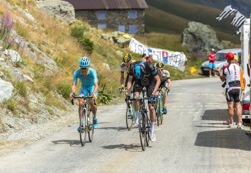 Grupo de ciclistas en los caminos de las montañas - Tour de France 2015 foto de archivo libre de regalías