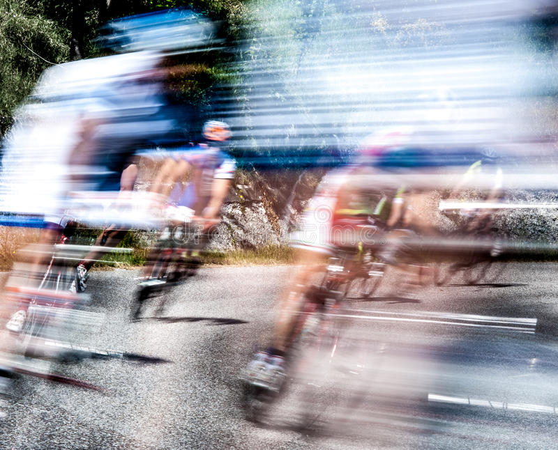 Grupo de ciclistas en una raza foto de archivo