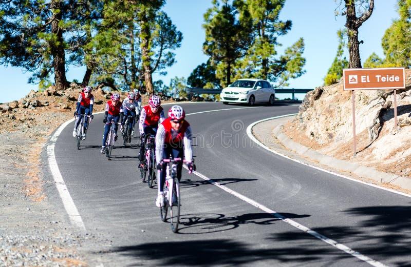 Grupo de ciclistas que descienden del soporte Teide imagen de archivo libre de regalías