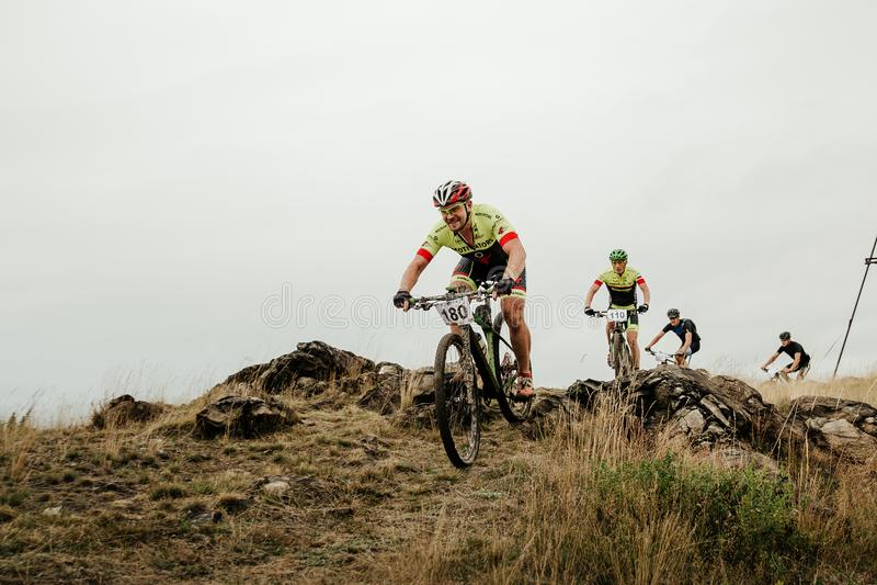Grupo de ciclistas que montam um após o outro fotos de stock