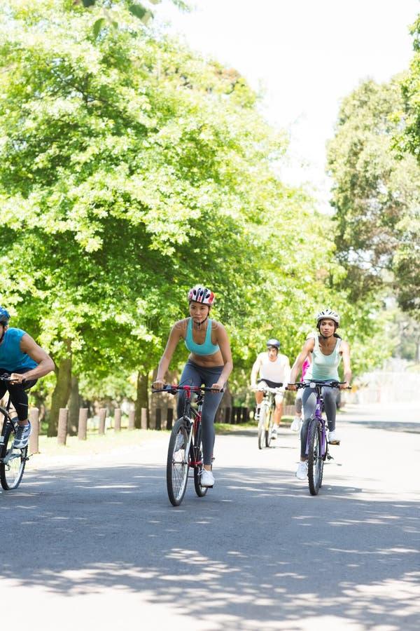 Grupo de ciclistas que montan las bicis fotos de archivo libres de regalías