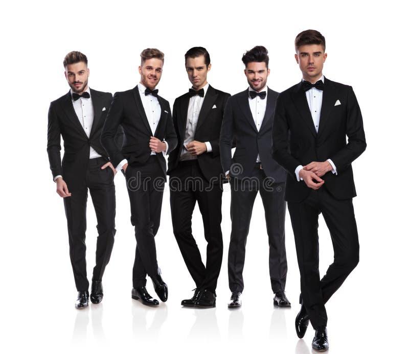 Grupo de cinco novios con las mangas de la fijación del líder en frente imagen de archivo