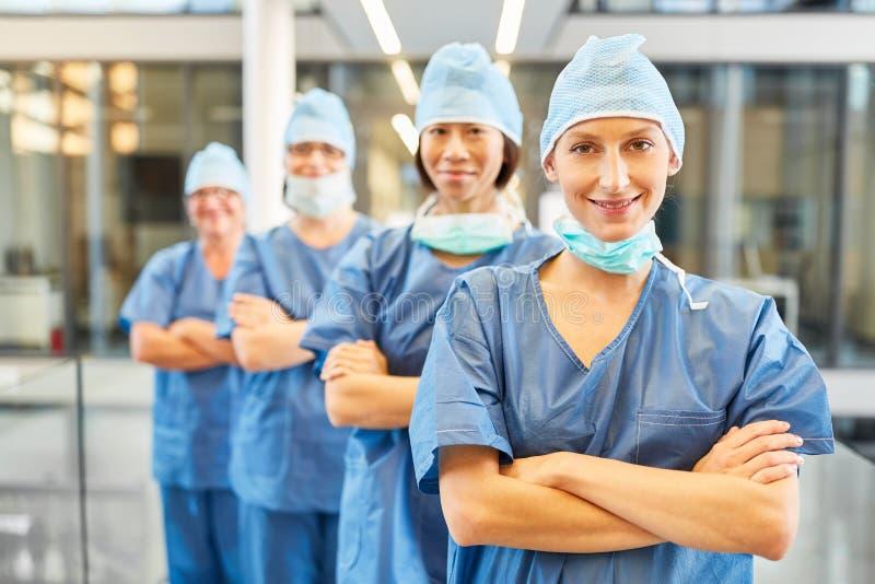 Grupo de cirurgiões como equipe médica confiável imagem de stock royalty free